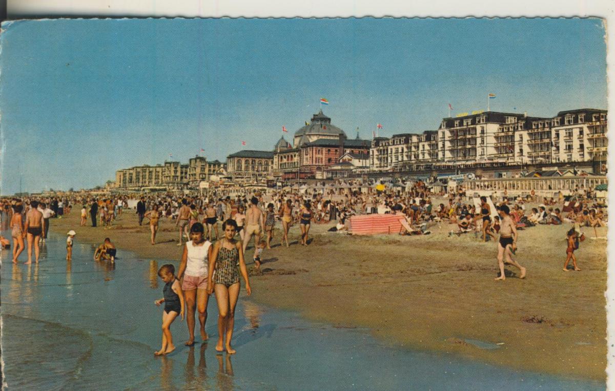 Scheveningen v. 1953 Strand met Kurhaus (AK1925) 0