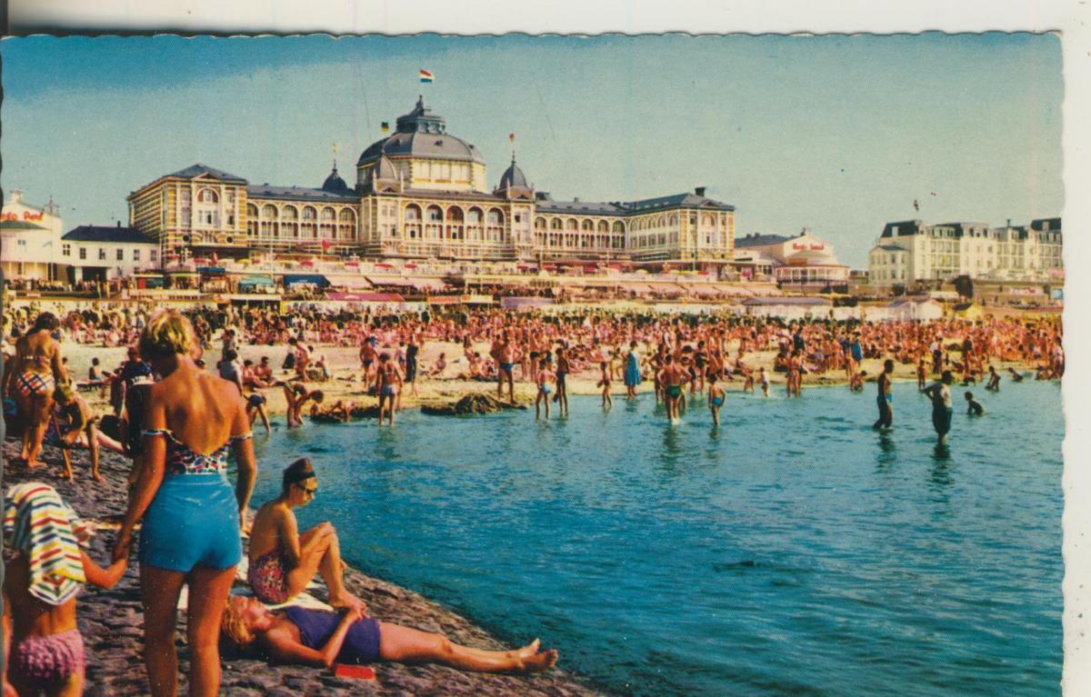 Scheveningen v. 1960 Strand met Kurhaus (AK1950)  0