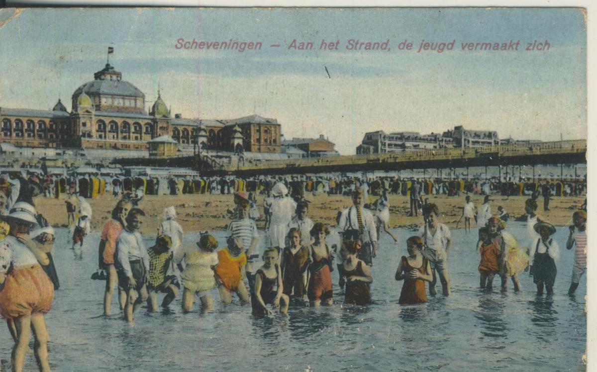 Scheveningen v. 1926 Aan het Strand de jeugd vermaakt zich (AK1999) 0