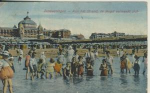 Scheveningen v. 1926 Aan het Strand de jeugd vermaakt zich (AK1999)