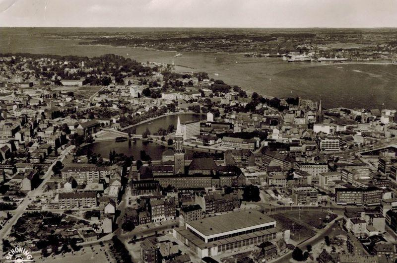 AK Kiel, Luftaufnahme, 1960 gelaufen mit Marke  0