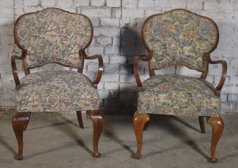Zwei formschöne Sessel mti geschwungenen Beinen aus dem Art Deco Antik Kolosseum 0