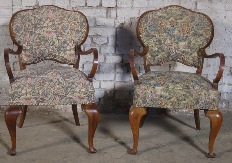 Zwei formschöne Sessel mti geschwungenen Beinen aus dem Art Deco Antik Kolosseum 1
