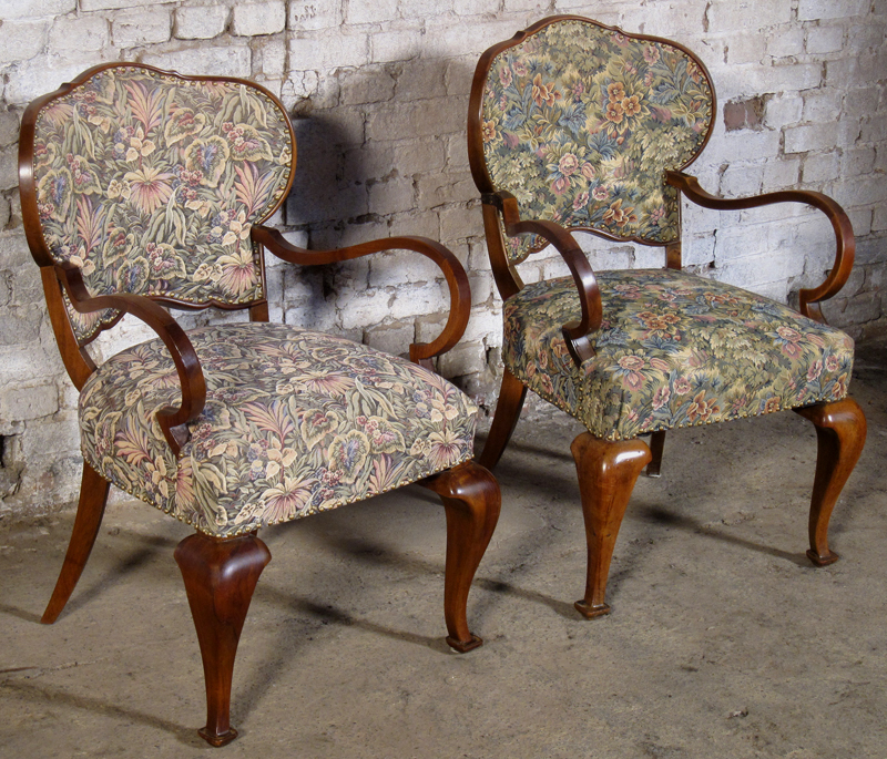 Zwei formschöne Sessel mti geschwungenen Beinen aus dem Art Deco Antik Kolosseum 2