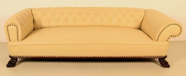 Restauriertes Neorenaissance Sofa mit Chesterfield Polsterung Antik Kolosseum