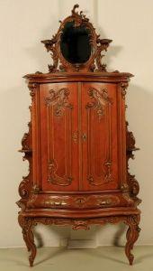 Restaurierter feinstens geschnitzter Kabinettschrank aus NussbaumAntik Kolosseum
