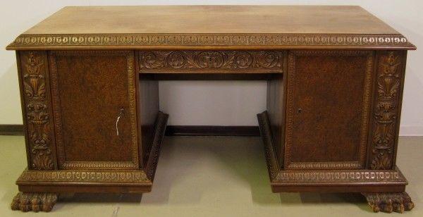 Restaurierter Nussbaum Neorenaissane Schreibtisch mit LöwentatzenAntik Kolosseum 0