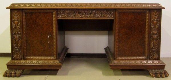 Restaurierter Nussbaum Neorenaissane Schreibtisch mit LöwentatzenAntik Kolosseum 1
