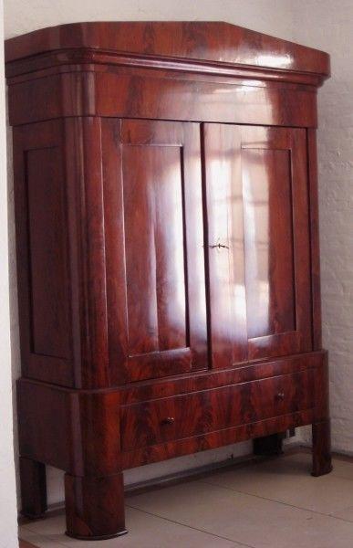Restaurierter eleganter Biedermeier Kleiderschrank aus Mahagoni Antik Kolosseum