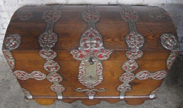 Schöne Eichen- Truhe mit Runddeckel und riesigen Beschlägen Antik Kolosseum 1