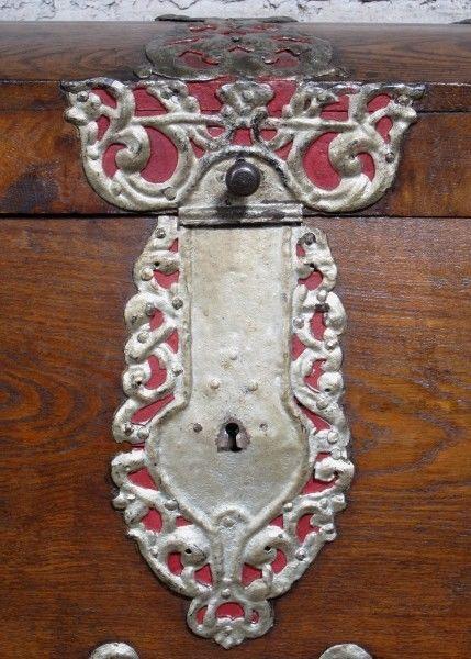 Schöne Eichen- Truhe mit Runddeckel und riesigen Beschlägen Antik Kolosseum 6
