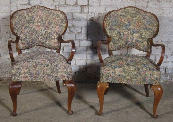 Zwei formschöne Sessel mti geschwungenen Beinen aus dem Art Deco Antik Kolosseum