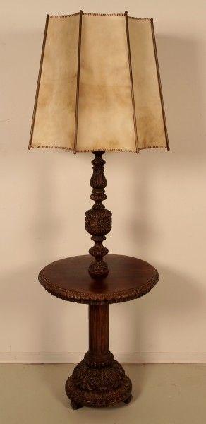 Schöne Nussbaum Neorenaissance Stehlampe mit Ablagetisch Antik Kolosseum