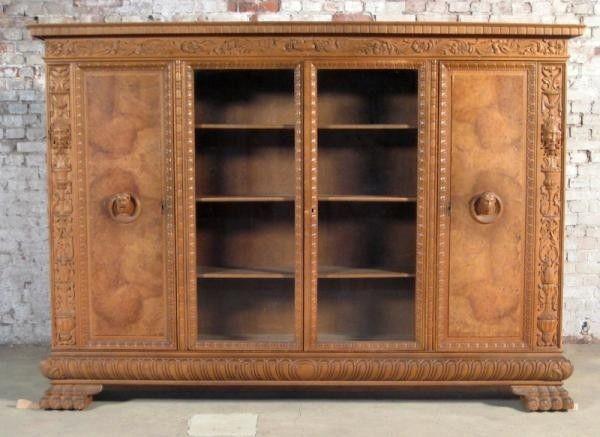 Nussbaum Neorenaissance Bücherschrank mit eindrucksvollem FurnierAntik Kolosseum