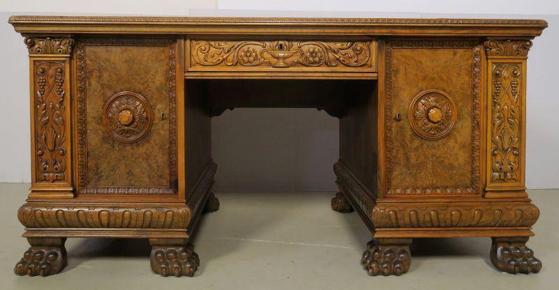 Eleganter Neorenaissance Schreibtisch mit schönen Schnitzereien Antik Kolosseum