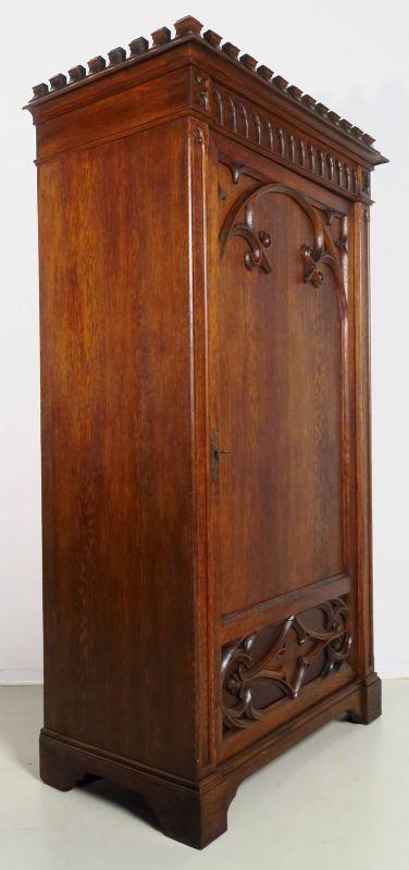 Restaurierter eintüriger Kleiderschrank aus der Neogotik Antik Kolosseum 1
