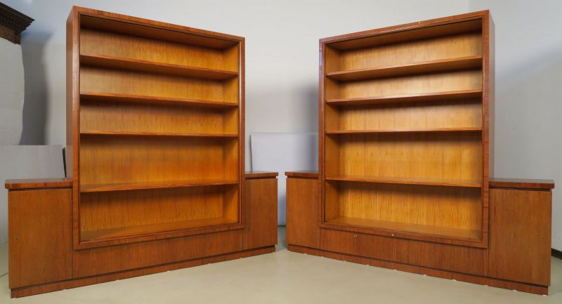 Zwei wunderschöne Bauhaus Bücherschränke aus Rüsterholz Antik Kolosseum