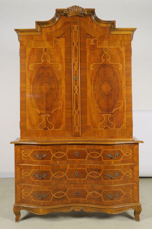 Heller Neobarock Stil Kabinettschrank aus Nussbaum Antik Kolosseum