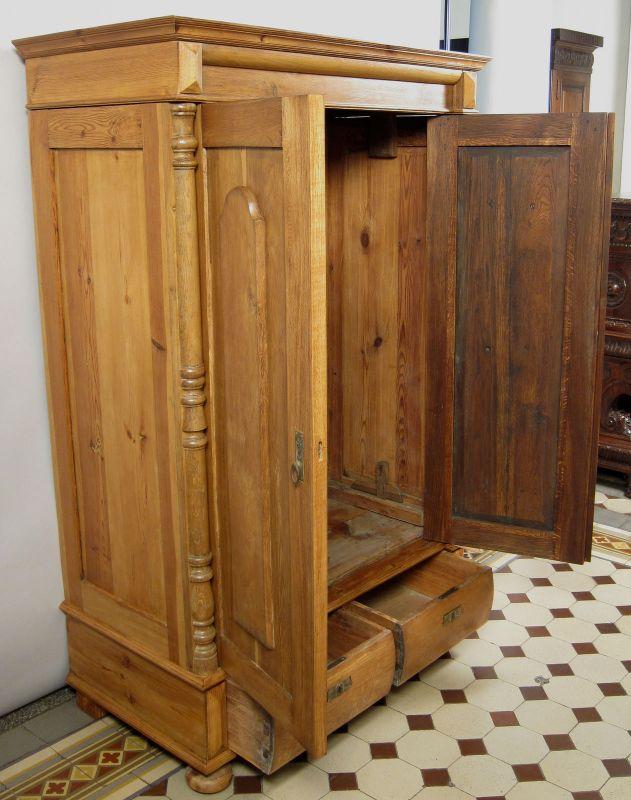 kleiner gr nderzeit kleiderschrank aus eiche mit massiven s ulen antik kolosseum. Black Bedroom Furniture Sets. Home Design Ideas