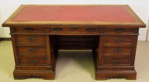 Gründerzeit Nussbaum Schreibtisch mit vollplastischen Figuren Antik Kolosseum
