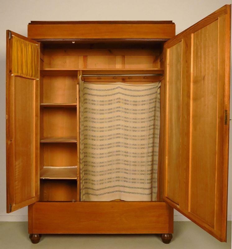 berliner jugendstil kleiderschrank aus nussbaum gefertigt um 1900antik kolosseum. Black Bedroom Furniture Sets. Home Design Ideas