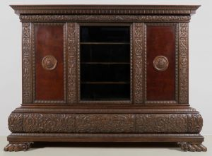 Dreitüriger dunkler Neorenaissance Bücherschrank aus Nussbaum Antik Kolosseum