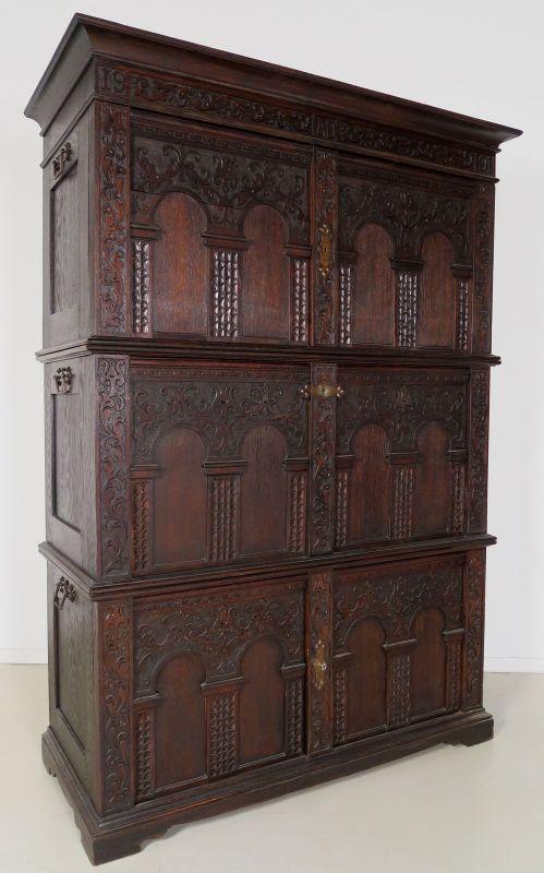 Musealer Eiche Brandschrank gefertigt 1901 schönes Schnitzwerk Antik Kolosseum