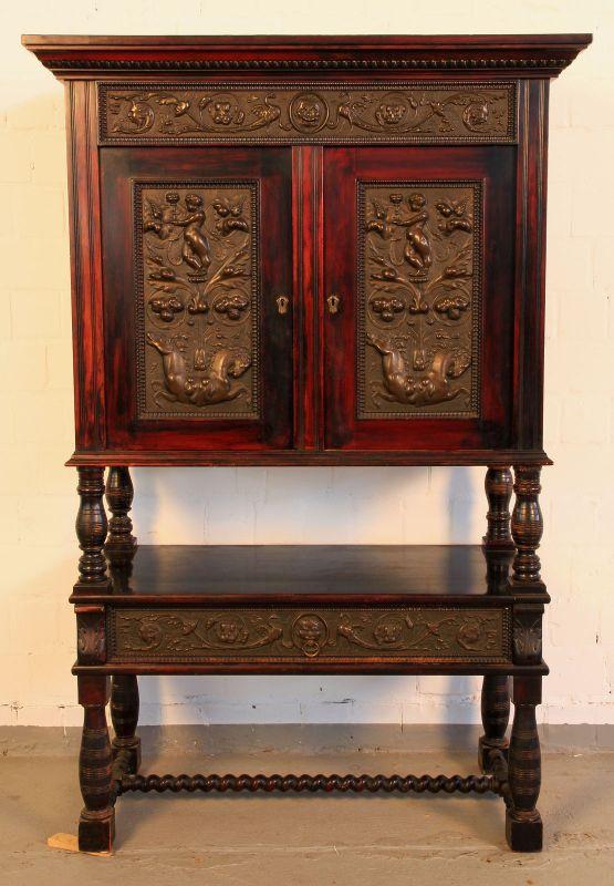 Gründerzeit Nussbaum Kabinettschrank mit schönen Schnitzereien Antik Kolosseum