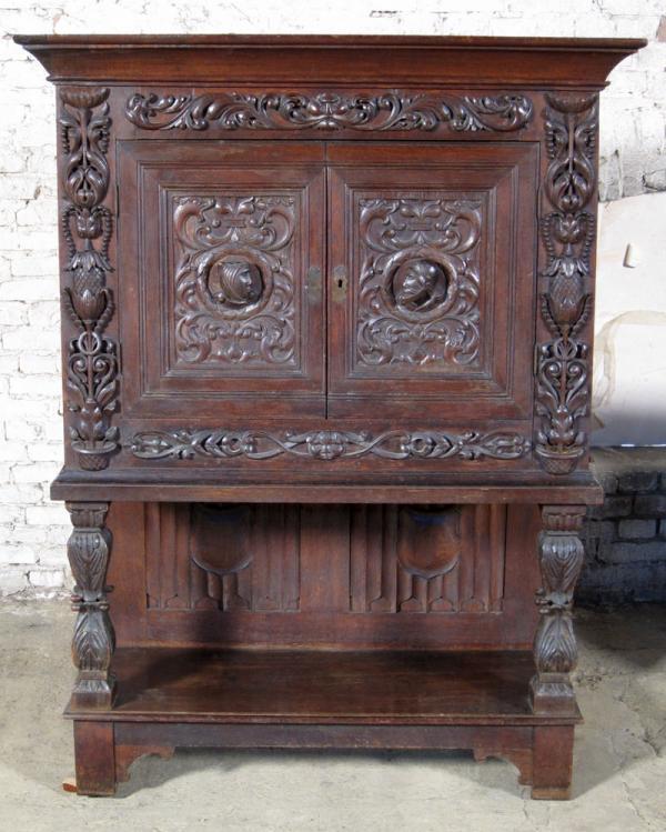 Kabinettschrank aus dem Historismus mit gotischen Merkmalen Antik Kolosseum