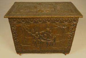 Truhe mit Blechbeschlagwerk / schönen Reliefs Antik Kolosseum