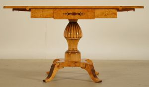 Eleganter Klapptisch / Salontisch aus Birkenholz Antik Kolosseum