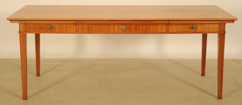 Grosser Schreibtisch aus Birke mit drei Schubladen mit Intarsien Antik Kolosseum