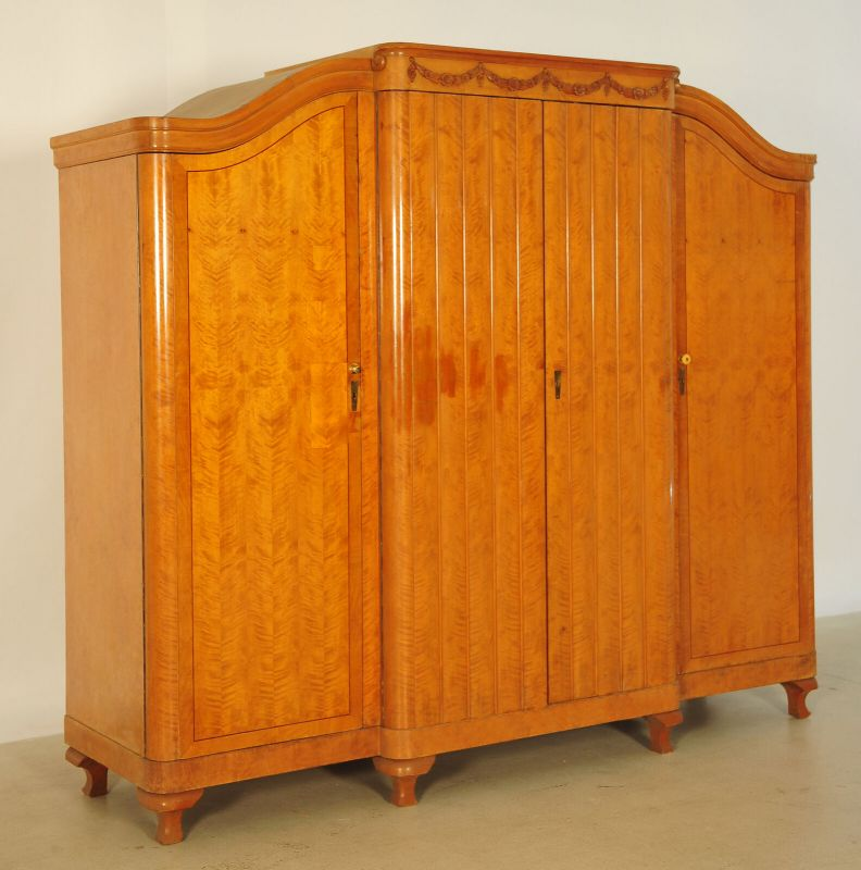 GebrauViertüriger großer Art Deco Kleiderschrank aus Birkenholz Antik Kolosseum 1