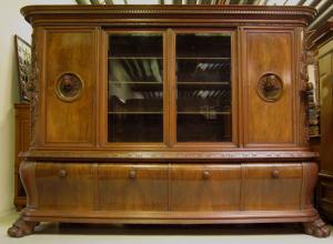 Riesiger Neoreanaissance Bücherschrank aus Nussbaum um 1920 Antik Kolosseum