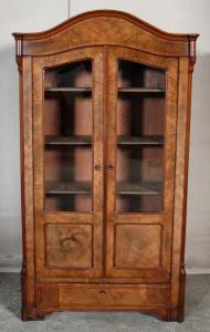 Berliner Louis Philippe Vitrine aus Nussbaum mit Schublade Antik Kolosseum