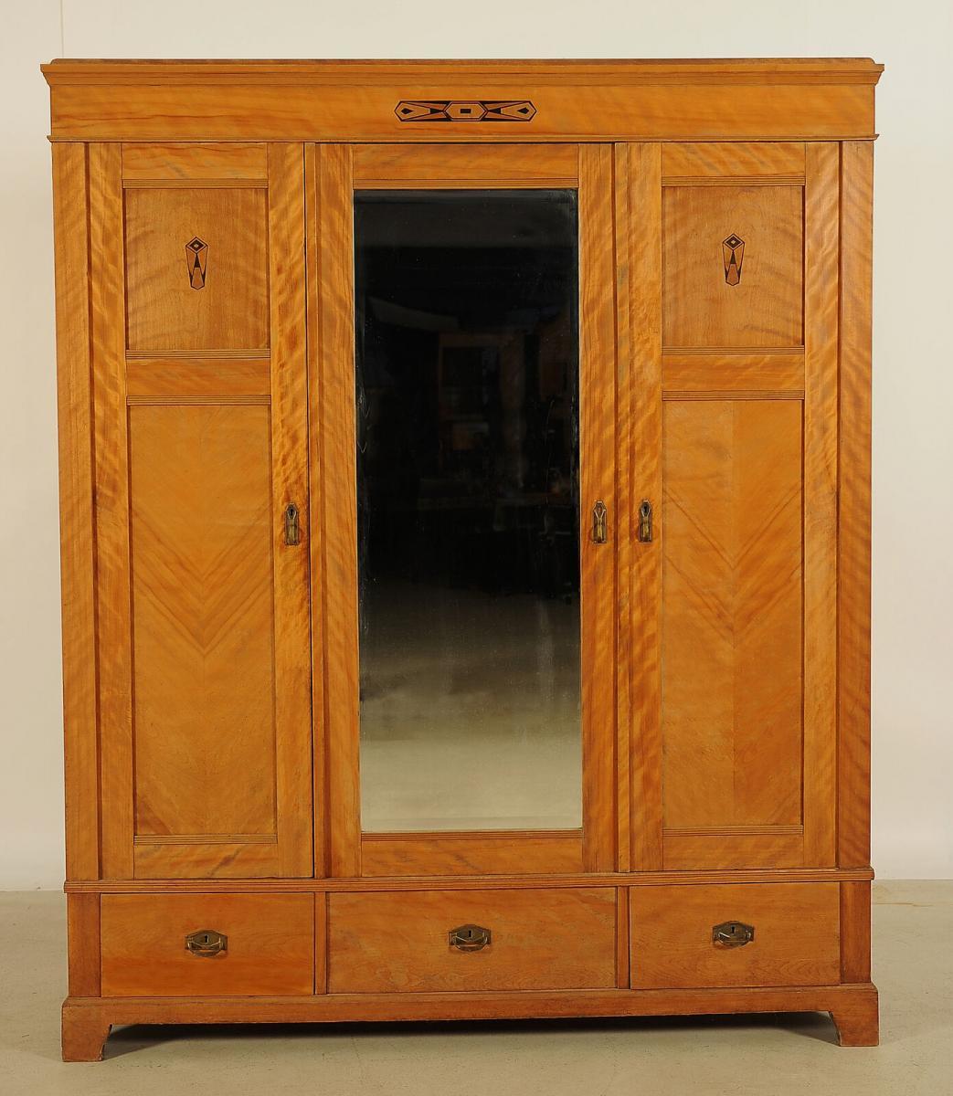 Schöner Jugendstil Kleiderschrank aus geflammter Birke Antik Kolosseum 0