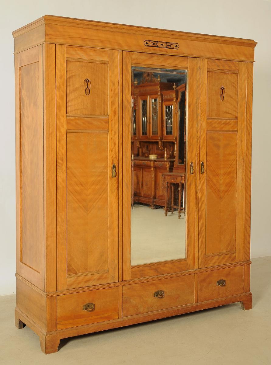 Schöner Jugendstil Kleiderschrank aus geflammter Birke Antik Kolosseum 1