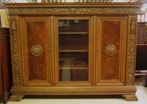 Bücherschrank der Neorenaissance mit figürlichen Darstellungen Antik Kolosseum