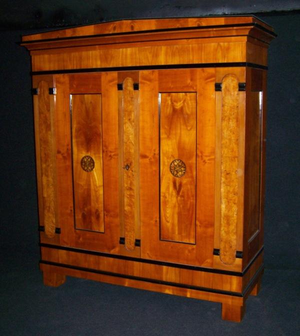 biedermeier schrank um 1810 aus kirschbaum schellack handpoliert. Black Bedroom Furniture Sets. Home Design Ideas