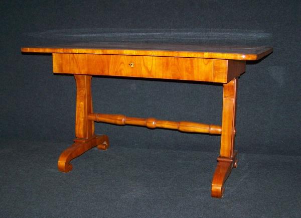 Biedermeier Schreibtisch aus Kirschbaum um 1820, fachmännisch restauriert