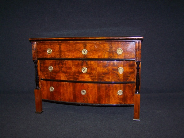 Biedermeier Kommode aus Nußbaum, um 1820, Schellack handpoliert