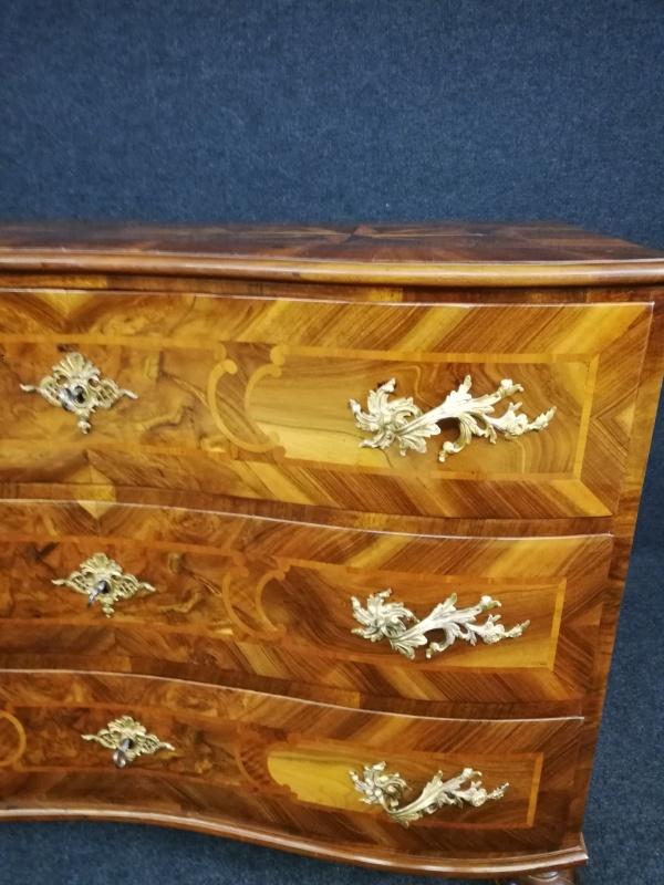 Barock Kommode aus Nußbaum, um 1720, Schellack handpoliert 2