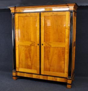 Biedermeier Schrank aus Kirschbaum, um 1820, Schellack handpoliert