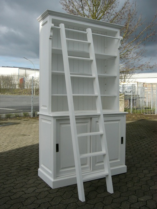 Bibliothek im Landhaus Look Industrie Stil weiß