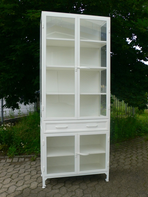 Vitrine Eisen restauriert Univitrine weiß Fabrik Design Eisenmöbel um 1930 Jhd.
