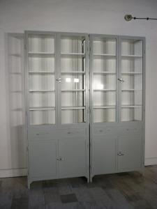 Vitrine groß grau Eisen Arztvitrine im Industrie Design um 1930 Jhd.
