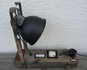 Steam Punk Tischlampe mit Voltmeter Instrument Upcycling DIY Produkt