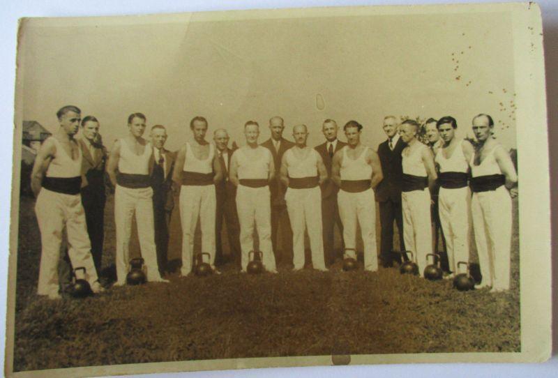 Kraftsport, Leichtathletik, Sportler mit Kugelhanteln, Fotokarte ca. 1930 (6629)