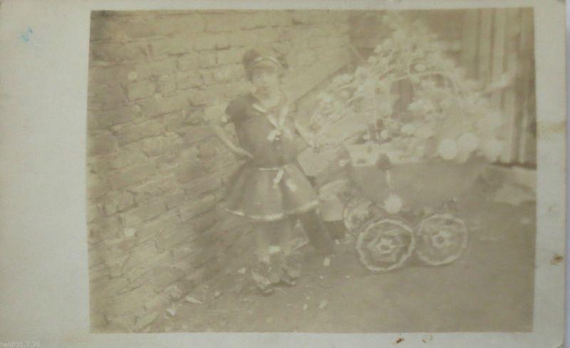Kind mit Kinderwagen und Spielzeug, Fotokarte (8717)