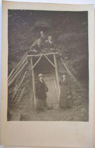 Männer und Frauen vor Waldhütte, Fotokarte (49573)